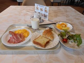 朝食2日目(横から).JPG
